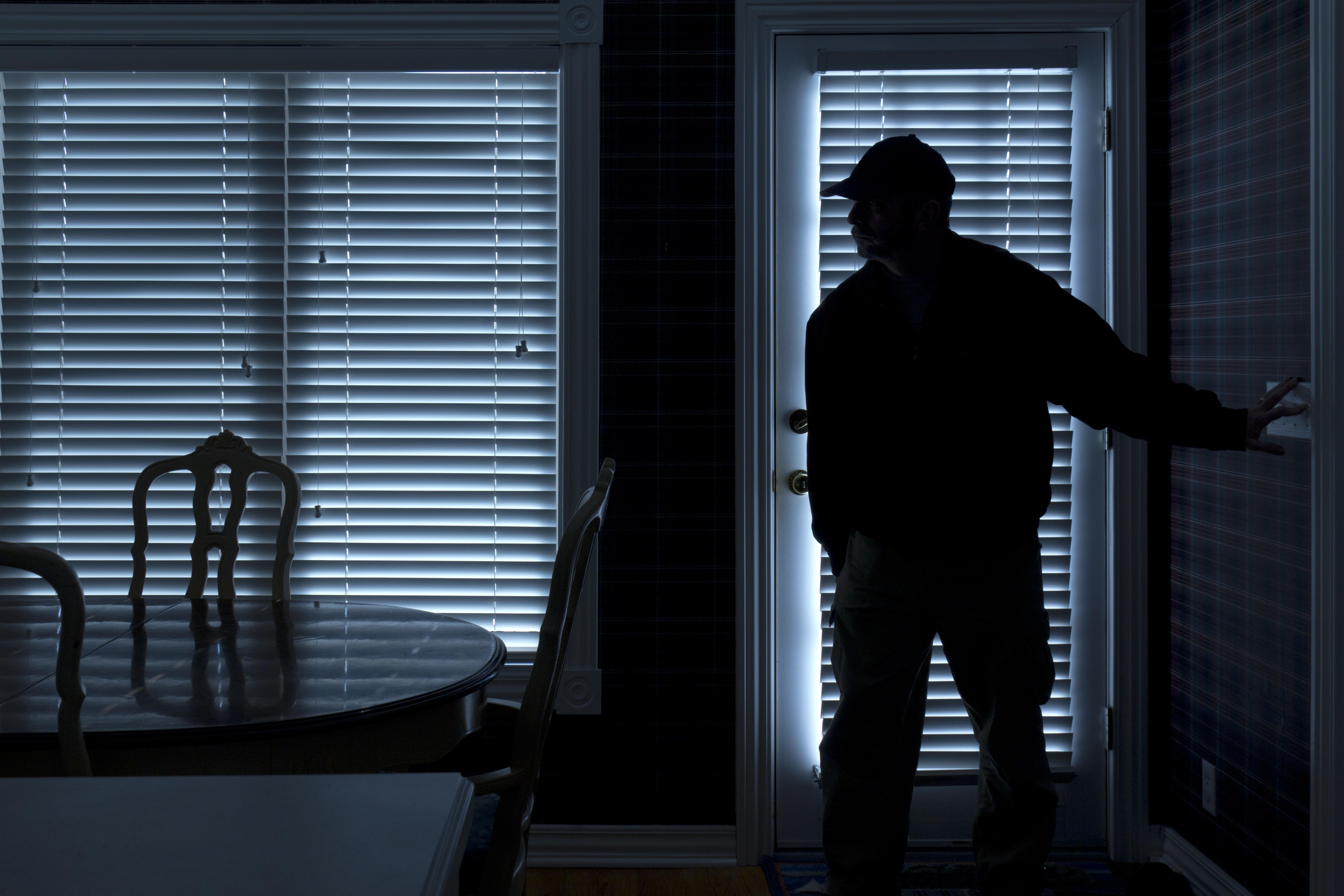 空き巣の防犯対策を紹介!侵入方法や手口を知って被害を防ごう!空き巣に入られやすい時間、マンション、アパートの条件とは?