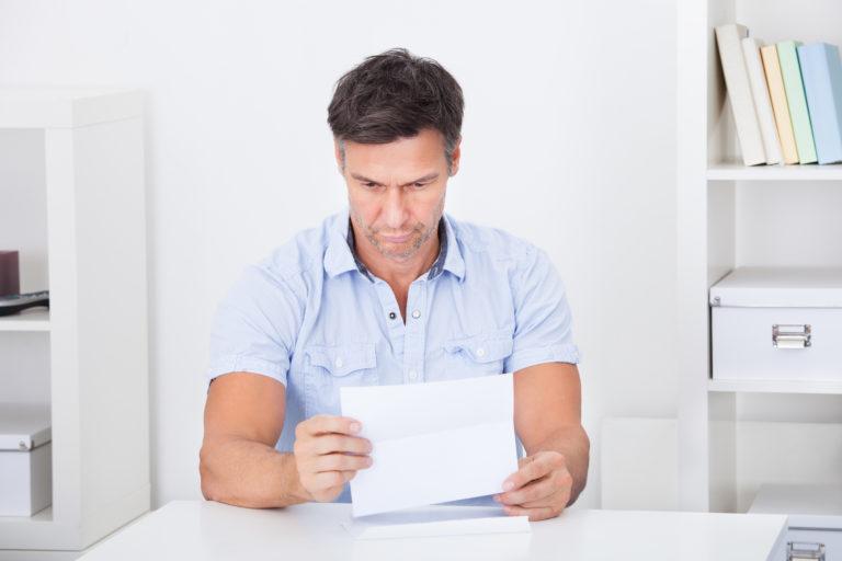 紙を読む男性