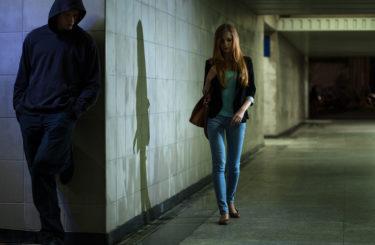 暗がりを歩いている女性