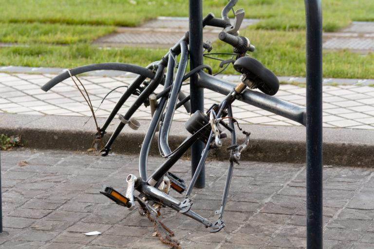 ロックされている車輪を盗まれた自転車