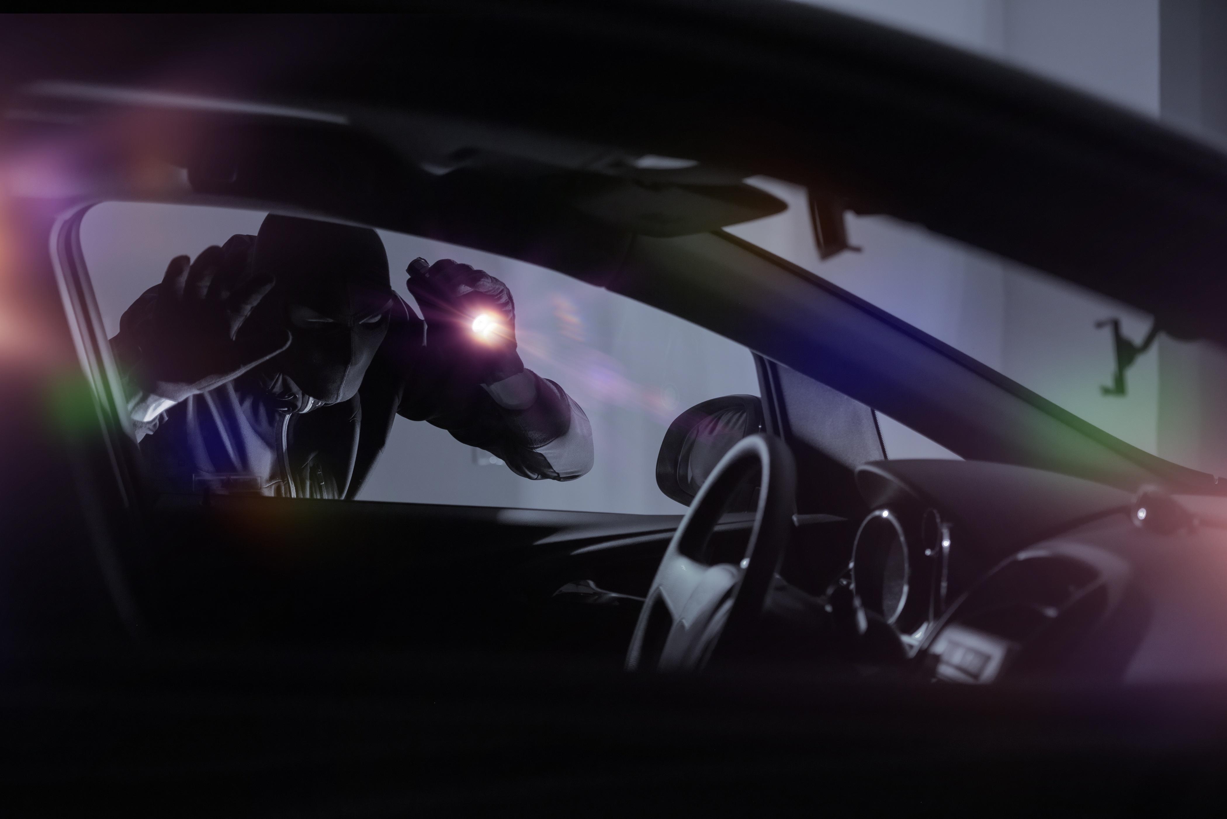 ハンドルロックによる車の盗難対策を解説!ハンドルロックの種類や選び方・おすすめ商品は?防犯効果を高める使用方法も紹介