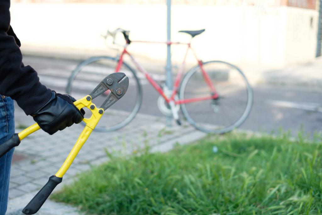 駐輪自転車を盗もうとする泥棒