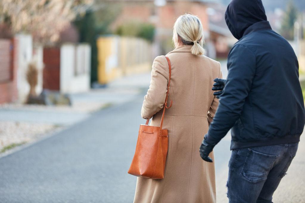 女性の背後から近づく男