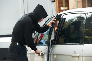 車上荒らしの手口と防犯対策を解説!車上荒らしが狙うものと被害に遭う車の特徴とは?おすすめのカーセキュリティーグッズも紹介