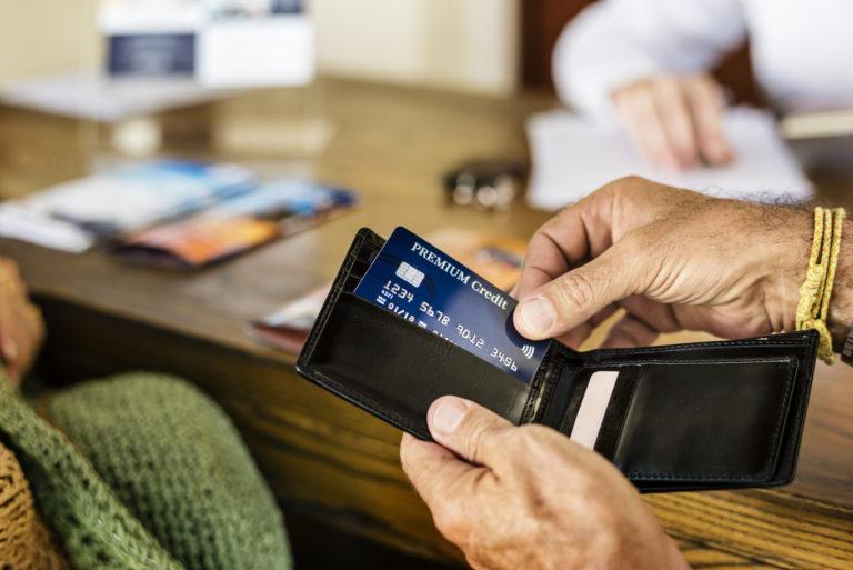 クレジットカードで支払いをする男性