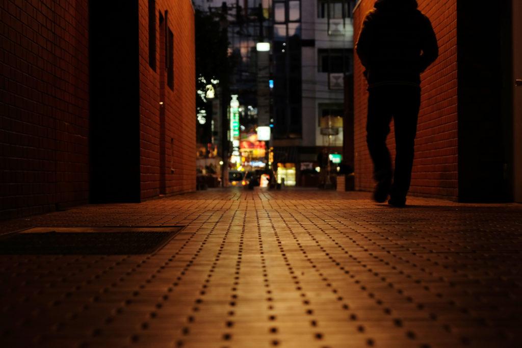 都会の夜の路地裏