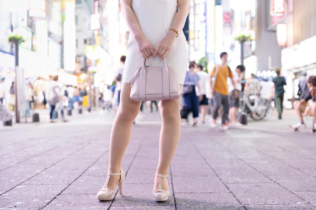 繁華街の女性