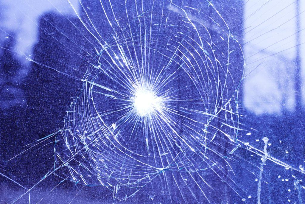 網の形で割れたガラス