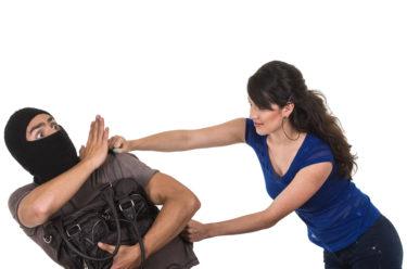 護身術で犯罪から身を守る方法を解説!護身術の種類や基本の動作とは?接近戦で狙うべき人間の急所や武器になるアイテムも紹介