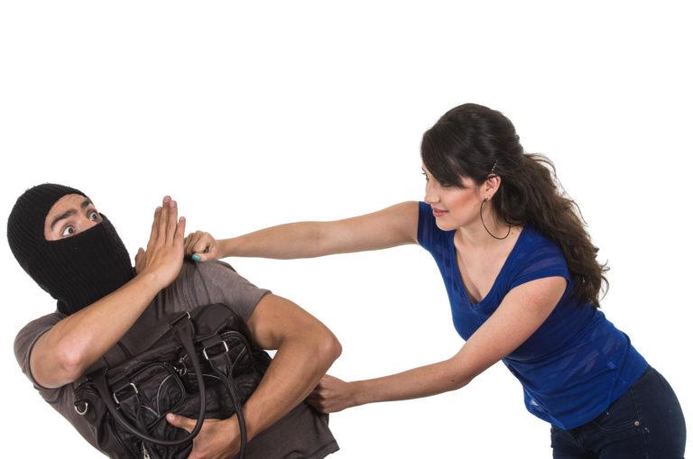 泥棒を撃退する女性