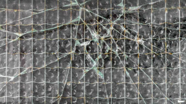 割れた強化ガラスの極端なクローズ アップ