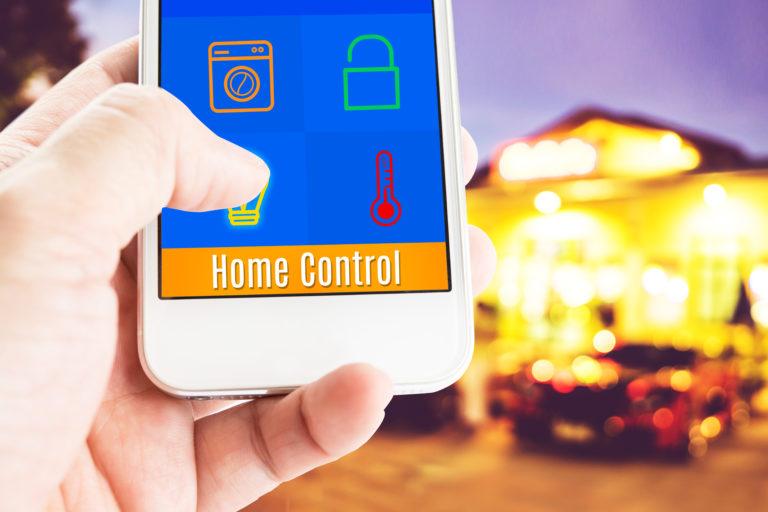 家電を操作する画面のスマートフォンを持つ手