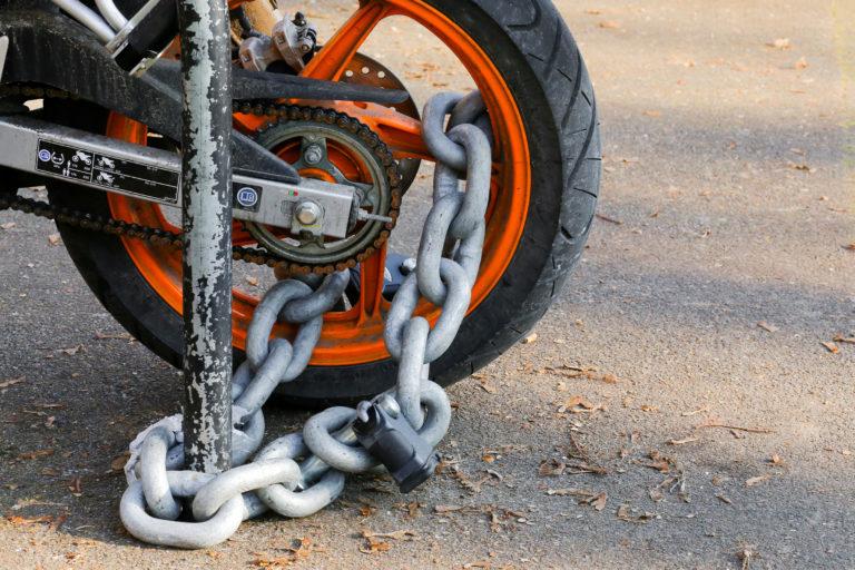 バイクをチェーンロック