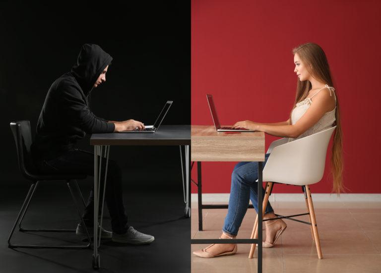 偽の恋人と出会い系サイトでやりとりする女性