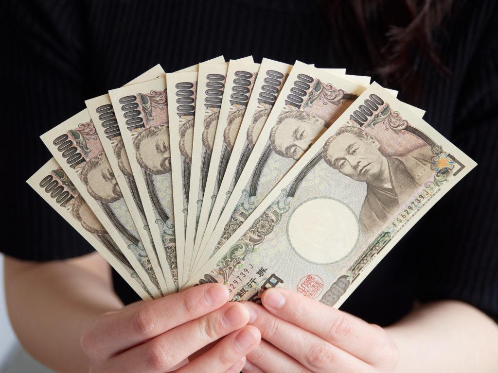 お金をもつ手