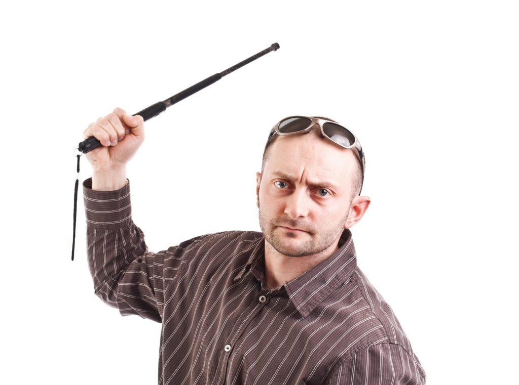 警棒を持つ男性