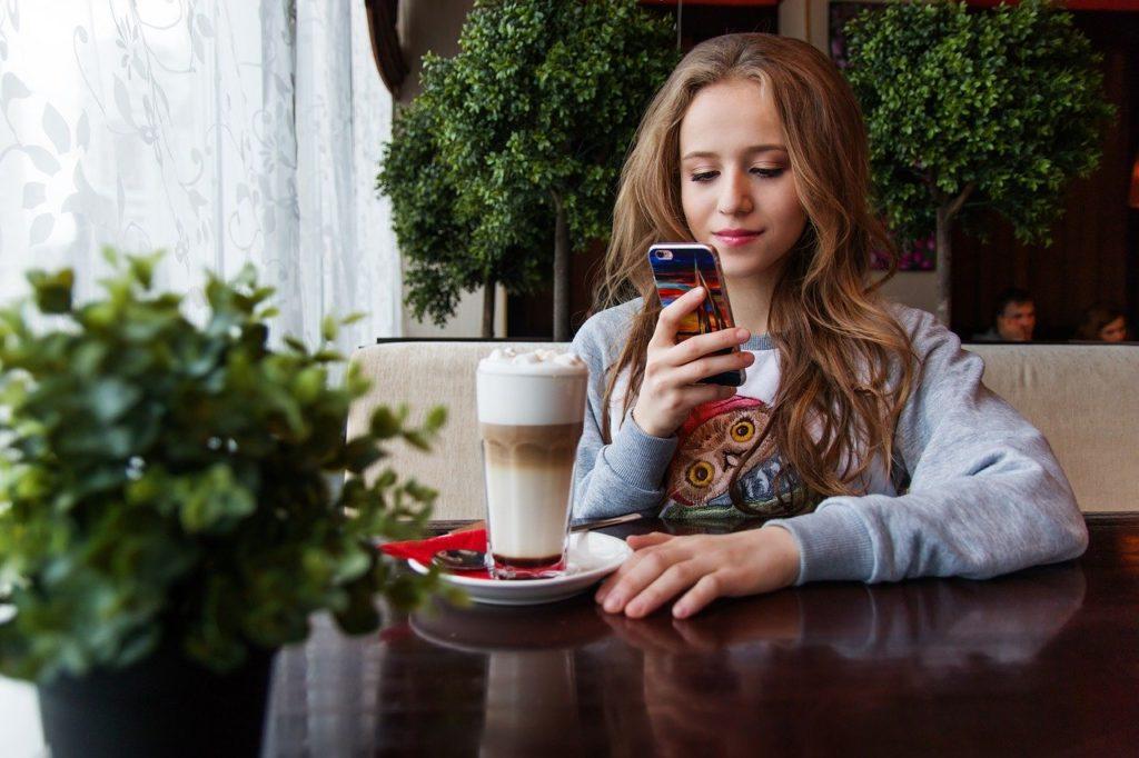 10代の少女とスマートフォン