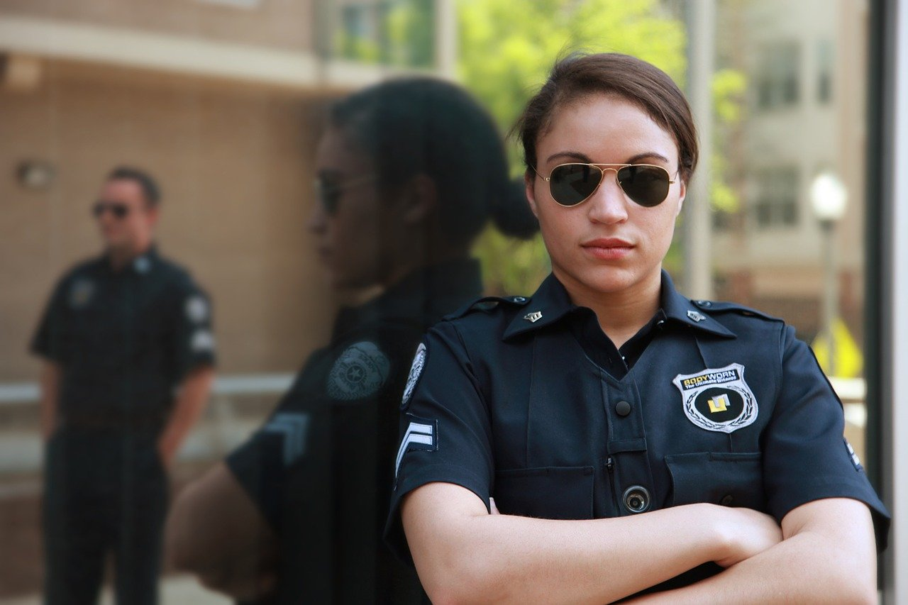 腕を組む警官