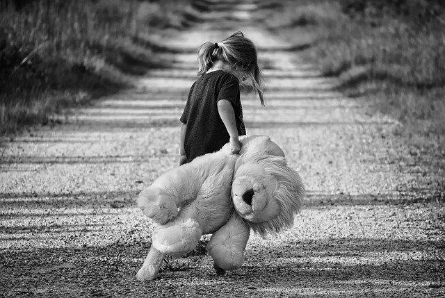 歩く少女、テディベア