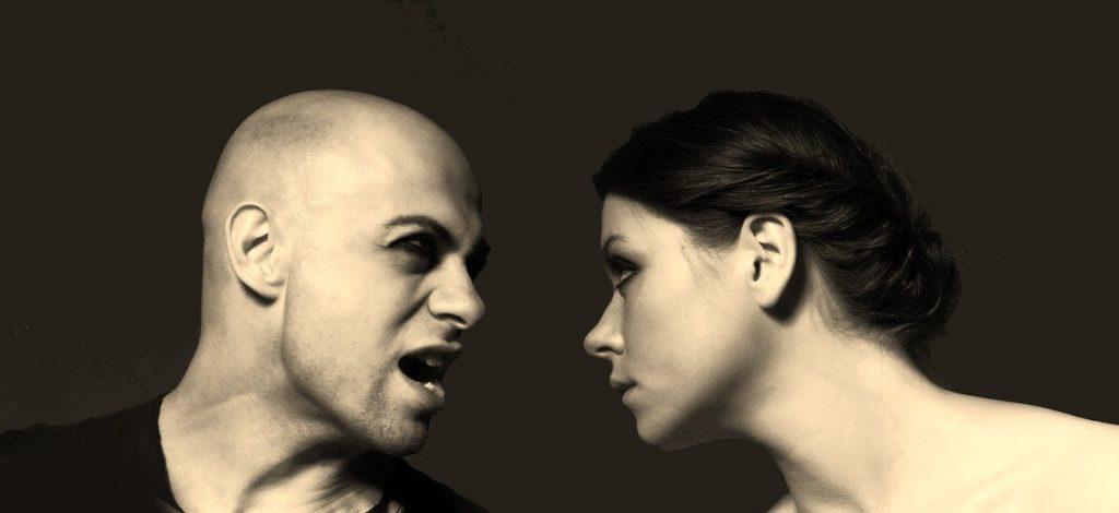 言い争う男性と女性