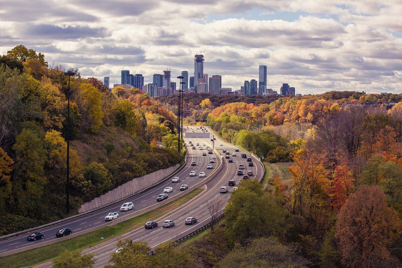 大都市付近を走る高速道路