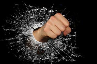 器物損壊の罪に問われないための対策法を徹底解説!器物損壊罪の事例から逮捕・慰謝料請求された場合の対処法も確認しておこう