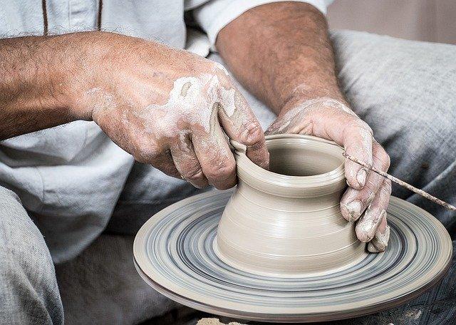 陶芸を行っている男性