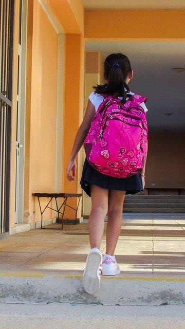 学校に通う子ども