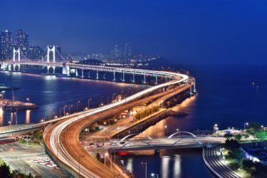 橋へと伸びる高速道路