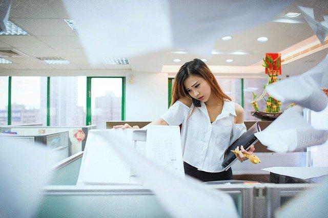 忙しい オフィス 女性
