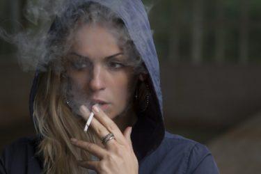 路上喫煙の防止対策を徹底解説!歩行喫煙との違いや路上喫煙禁止の理由は?路上喫煙を注意する際に気を付けるべきポイントも紹介