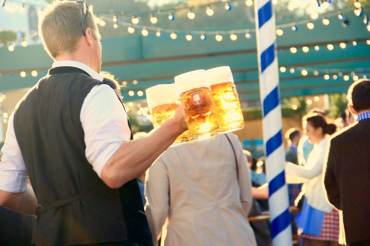 ビールを運ぶウェイター