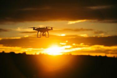 航空法のドローンに関する規制と改正内容を解説!重量200gの意味と飛行可能な高さ・場所は?申請の必要性や罰則内容も確認