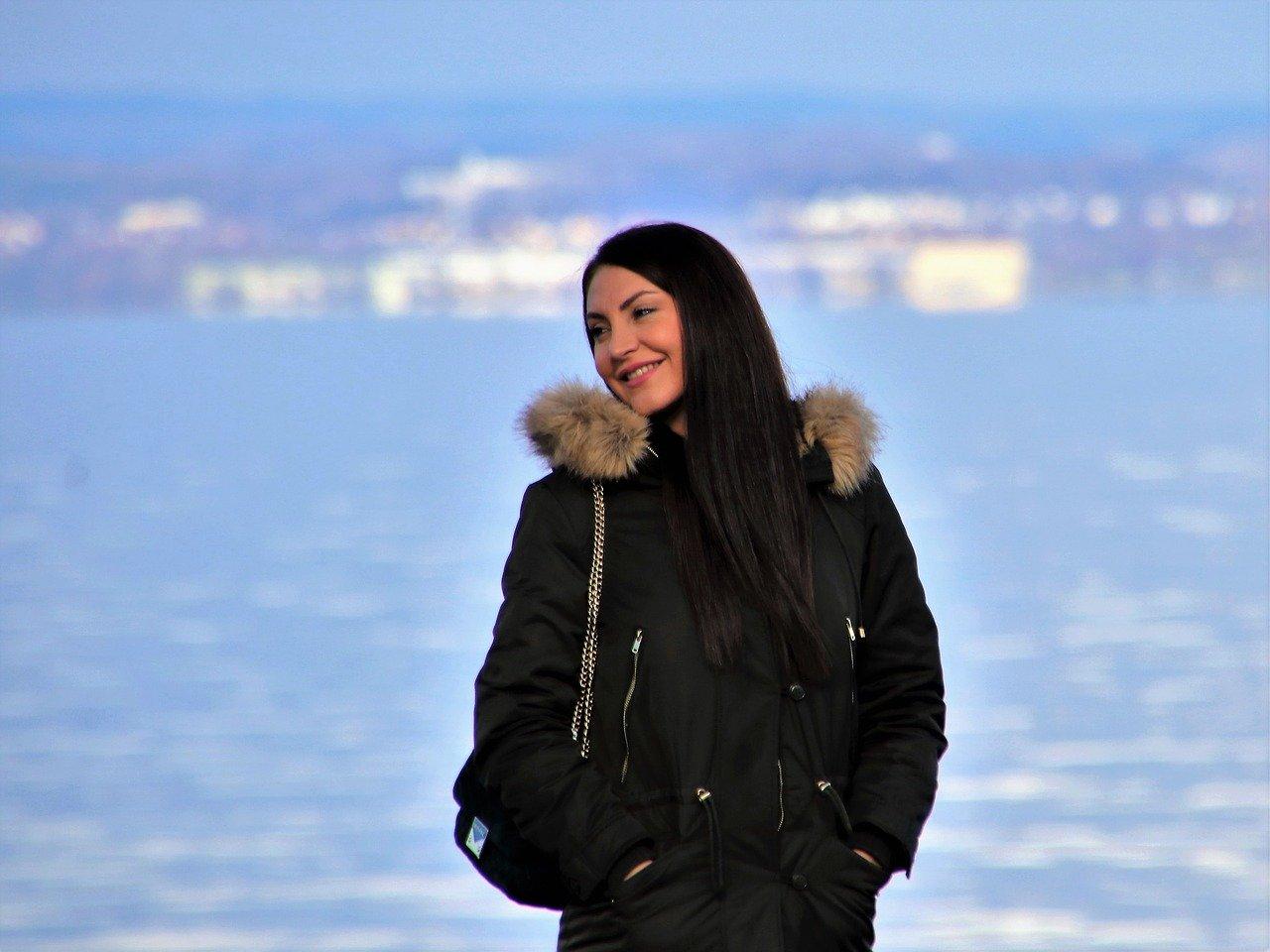 湖岸に立つ優しげな女性