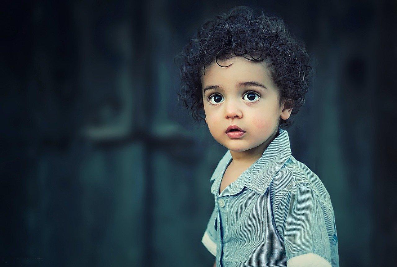 深刻な表情の子供