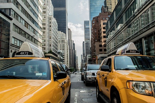 都会を走る車