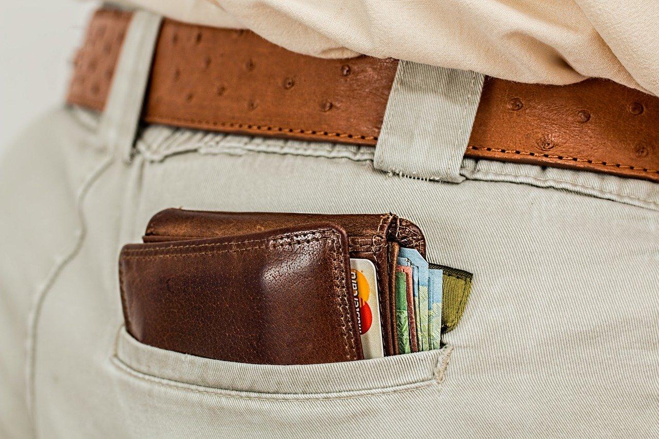 ポケットに入れた厚い財布