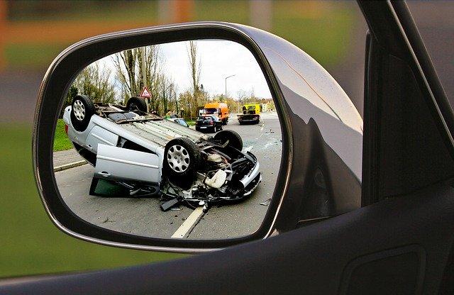 サイドミラーに映った事故現場
