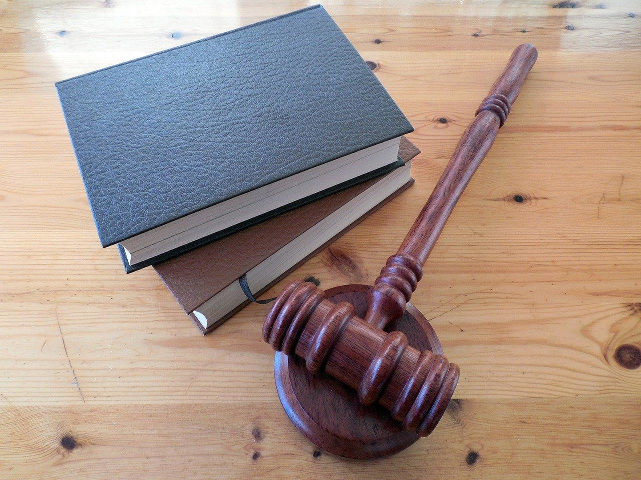裁判官の木づちと法律書