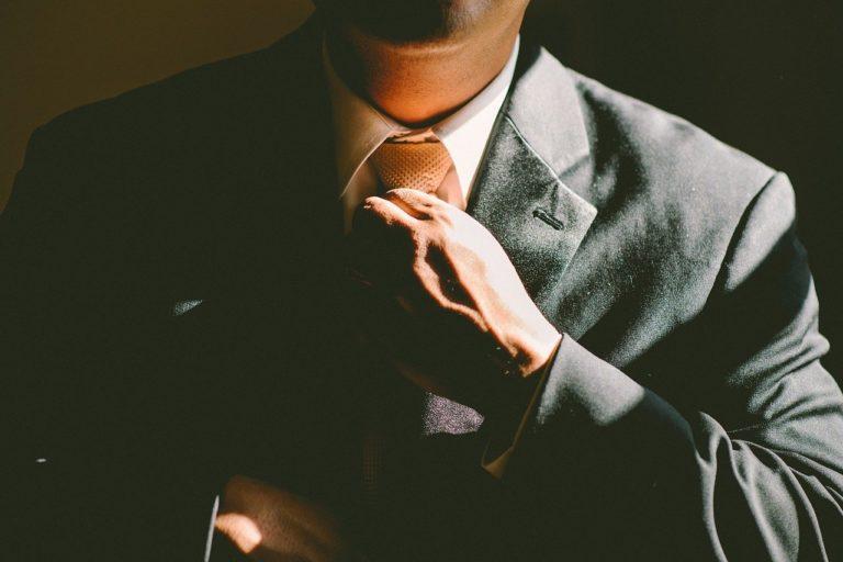 スーツに身を包む会社員